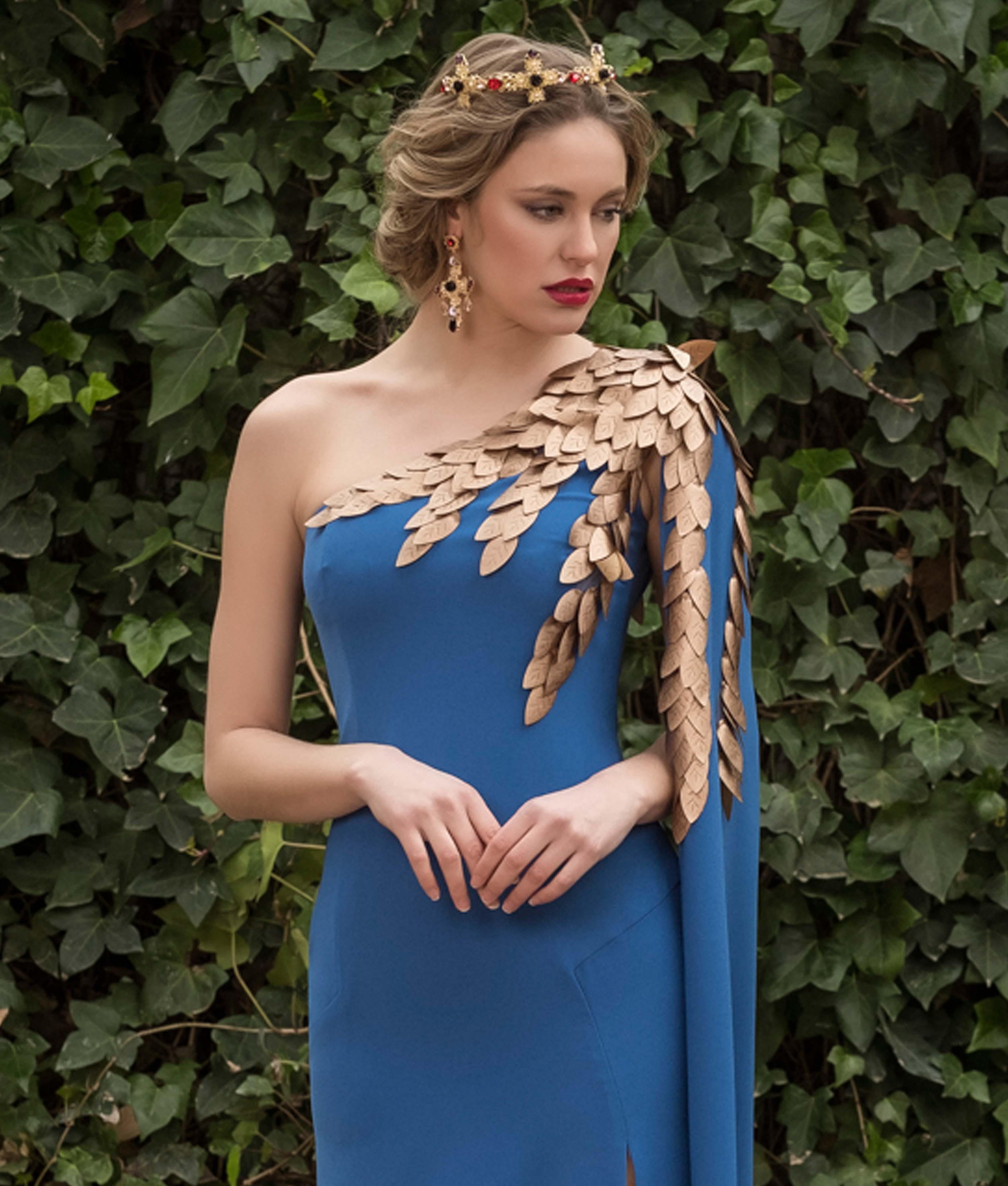 aec6815ef Un hombro al descubierto y el otro con adornos de hojas doradas que caen a  lo largo de la manga larga hasta el suelo. Como una auténtica diosa griega…