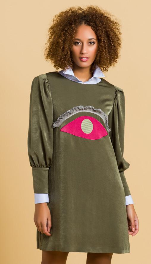 0a861a3ef2 Aprovechar los detalles como el de este ojo rosa en un mini vestido