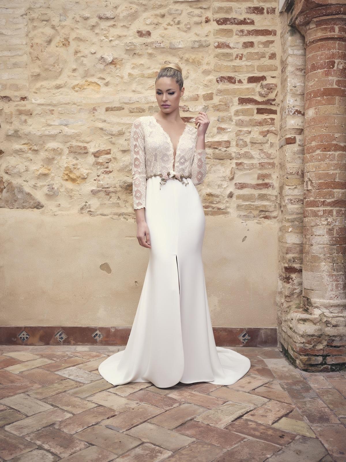 Vestido de novia con cuerpo de encaje y cinturón