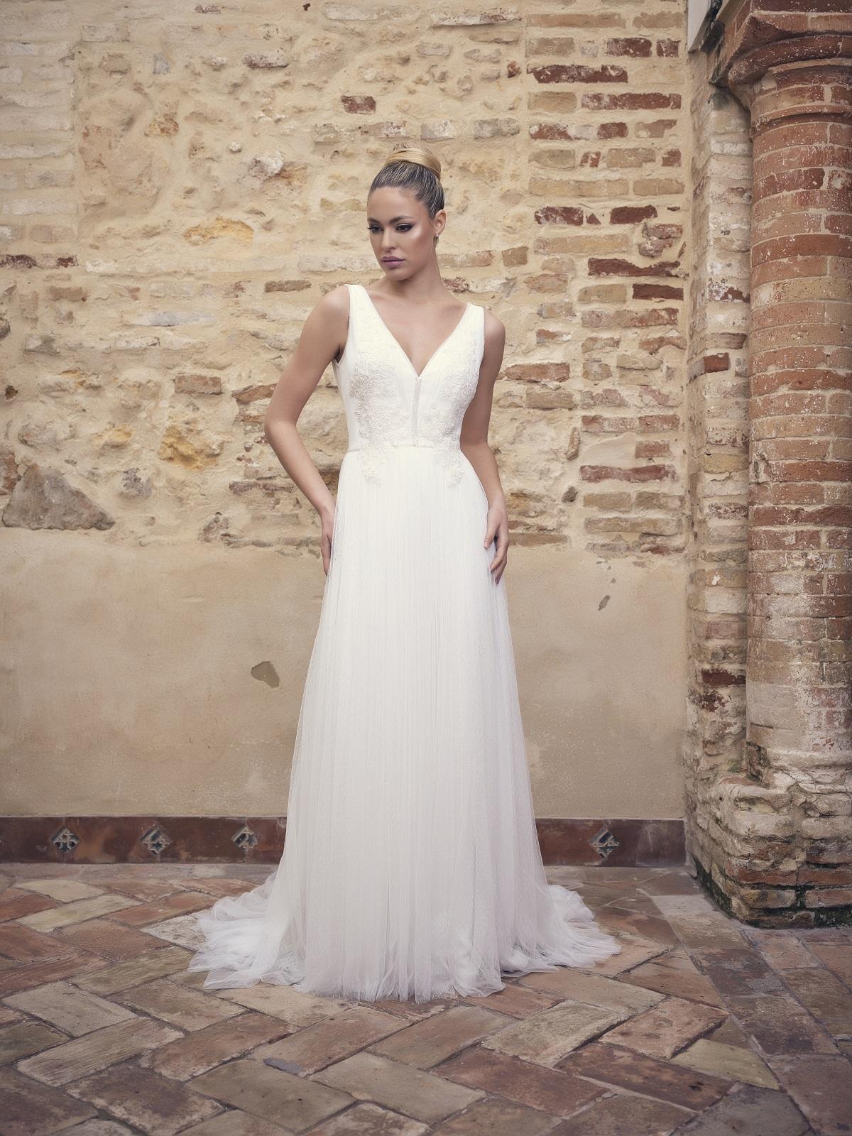 Vestido de novia con falda gaseosa sin mangas