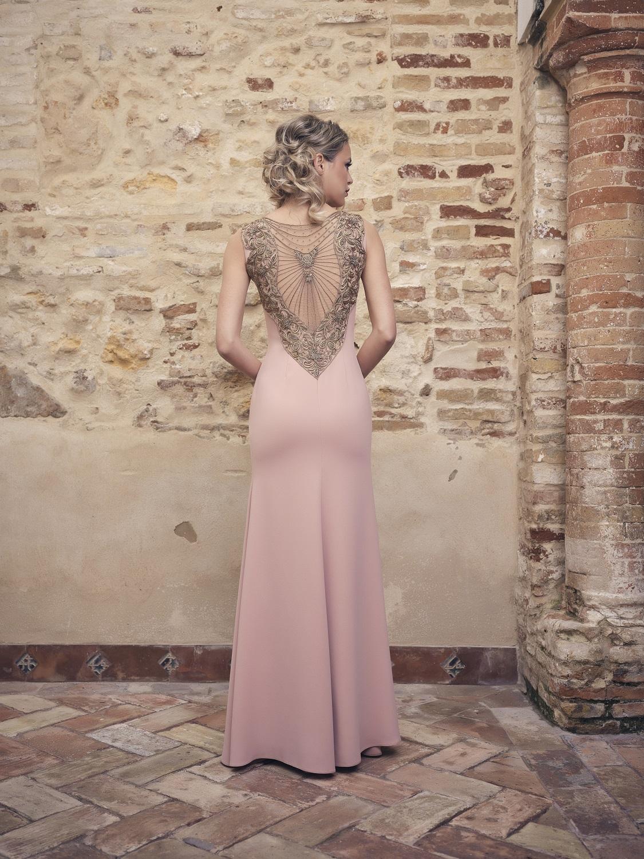 Vestido madrina en tonos rosas escote de espaldas
