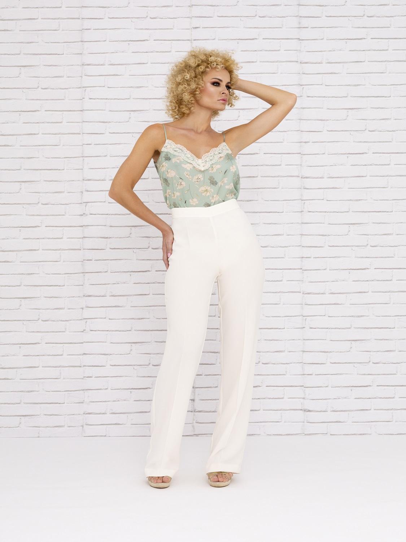 Conjunto de pantalón blanco con camisa estampada 2020