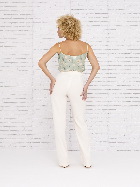 Conjunto de pantalón blanco con camisa estampada verano 2020