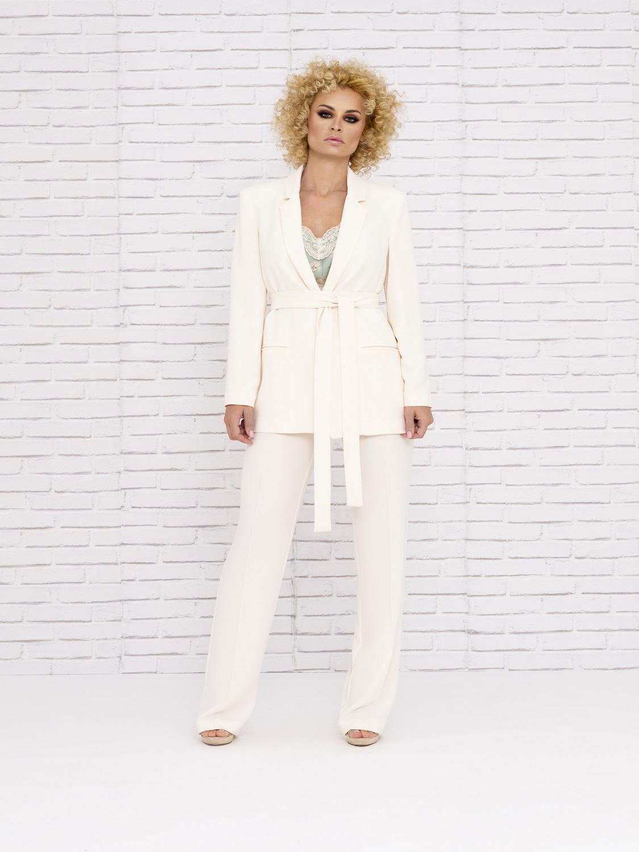 Conjunto de pantalón blanco con camisa estampada y levita 2020