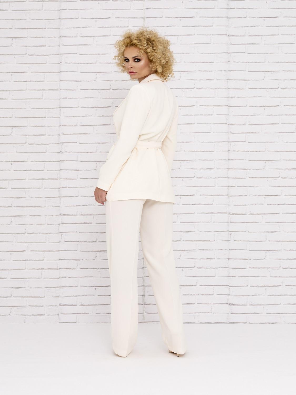 Conjunto de pantalón blanco con camisa estampada y levita primavera-verano 2020