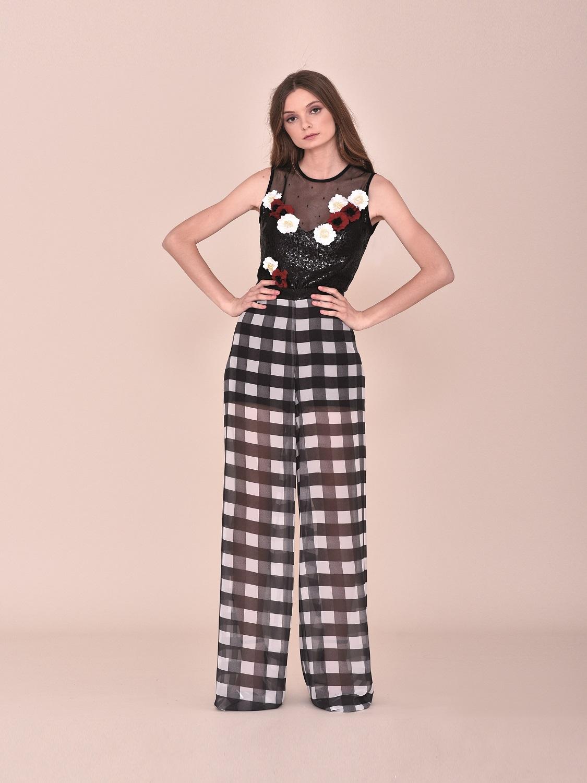 Conjunto fiesta pantalones semitransparente con top negro con flores