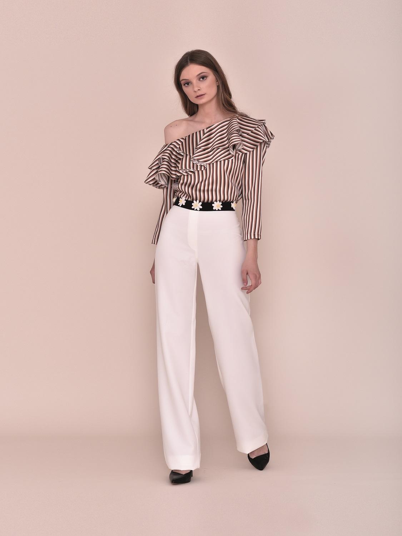 Conjunto pantalón blanco con top de volantes a un hombro 2020