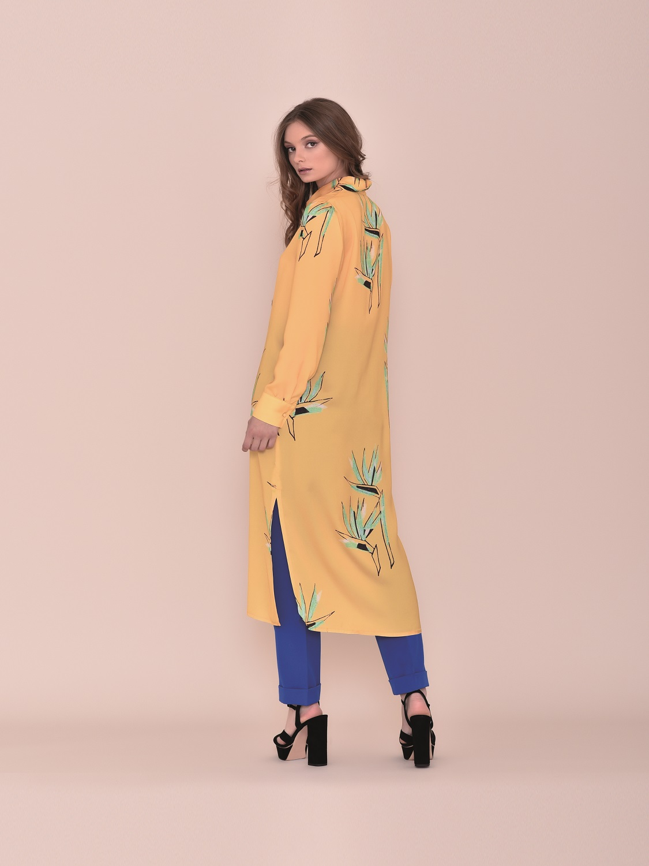 Conjunto pantalón con camisa larga color mostaza primavera 2020