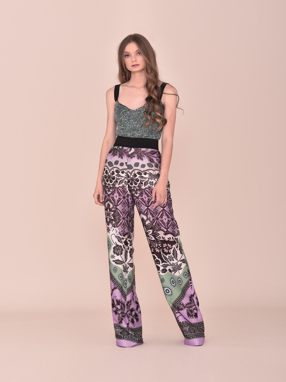 Conjunto pantalón de fiesta en tonos burdeos y verdes verano