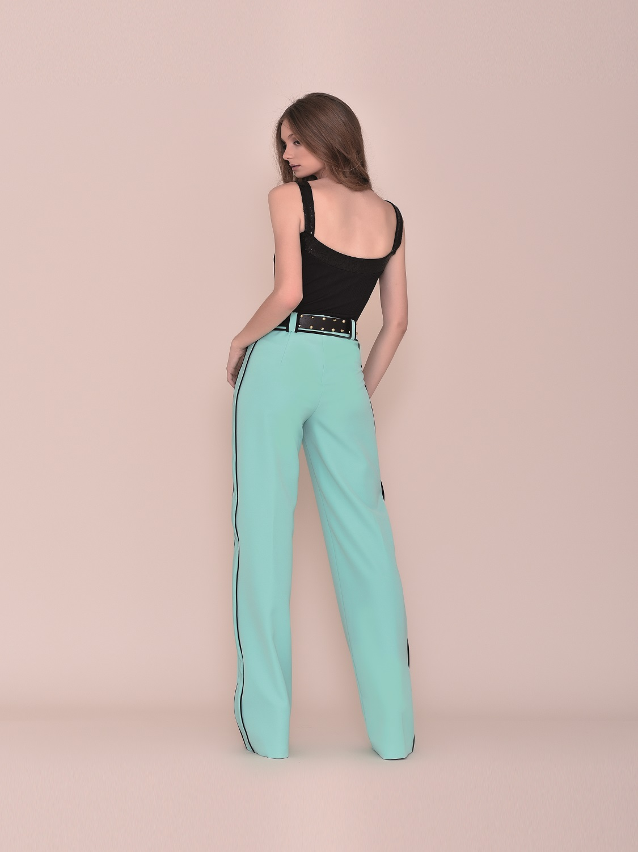 Conjunto pantalón fiesta turquesa con top y detalles negros verano 2020