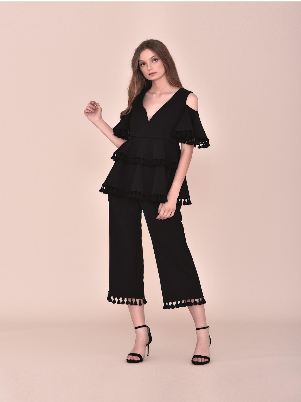 Conjunto pantalón negro con top con volantes con detalles madroños fiesta 2020