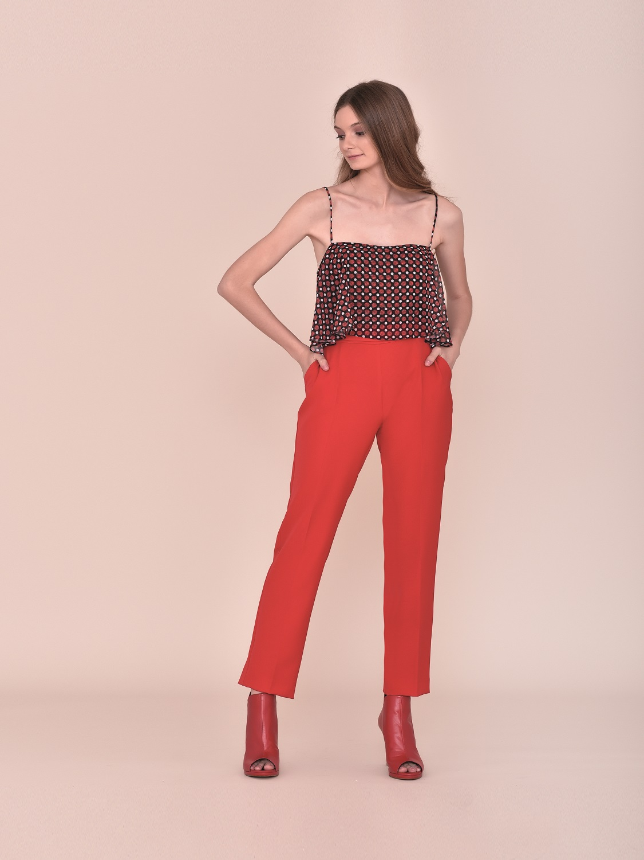 Pantalón rojo con palabra de honor