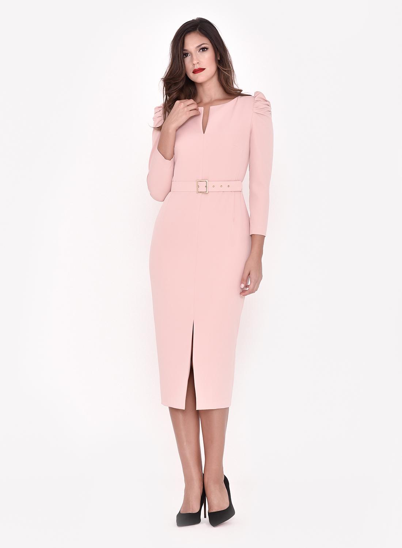 Vestido corto rosa empolvado con cinturón.